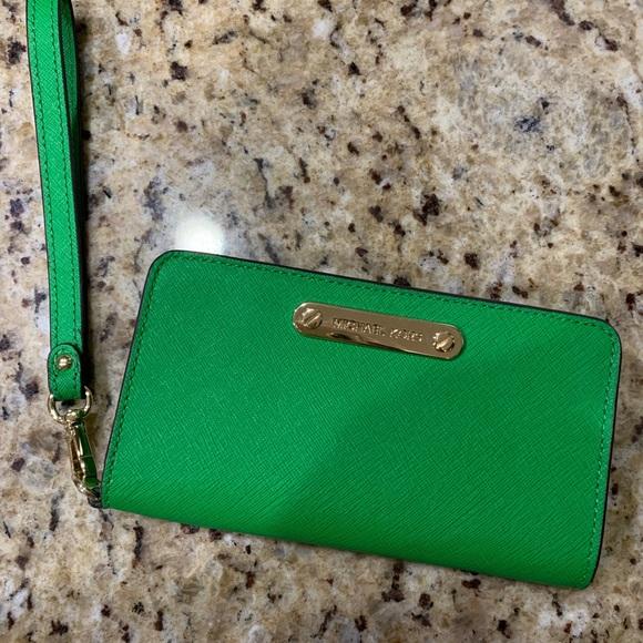 Michael Kors Handbags - Michael Kors Wristlet for IPhone X 💚